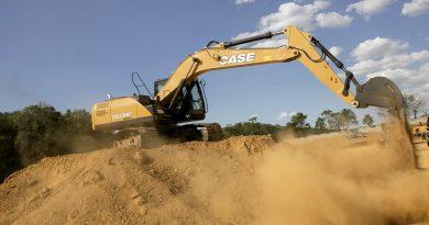 Escavadeiras operam em obras da Arena MRV